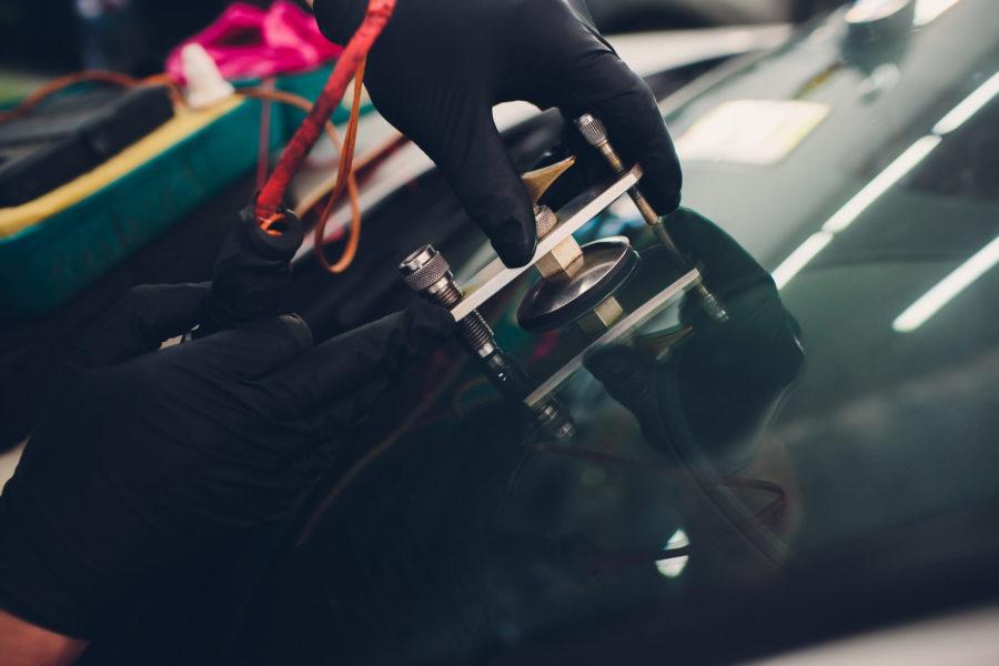 Using tools repairing to fix crack windshield